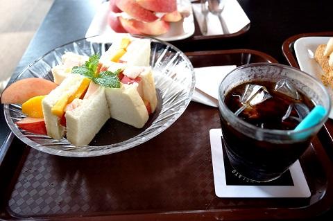 桃のフルーツサンド 500円 サイコーに美味しい!set drink+300円(